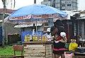 Femme vendant du carburant frelaté.jpg