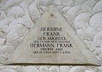 Feuerhalle Simmering - Arkadenhof (Abteilung ALI) - Familie Frank 02.jpg