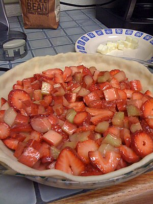 Rhubarb pie - Filling of a strawberry-rhubarb pie