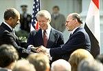 תצלום מנחם בגין, ג'ימי קרטר ואנואר סאדאת' בטקס חתימת הסכם השלום