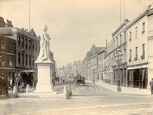 Statue of Queen Victoria, Reading - The statue c. 1888, with a view down Friar Street in the background