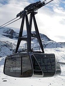 La funivia che porta da Cime Bianche Laghi al ghiacciaio del Plateau Rosa, a quota 3480 m