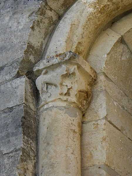 Église Saint-Michel de Guzargues (34). Chapiteau extérieur.