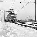 HUA-150934-Afbeelding van een electrisch treinstel mat.1954 (plan F) van de N.S. in een sneeuwlandschap ter hoogte van Utrecht.jpg