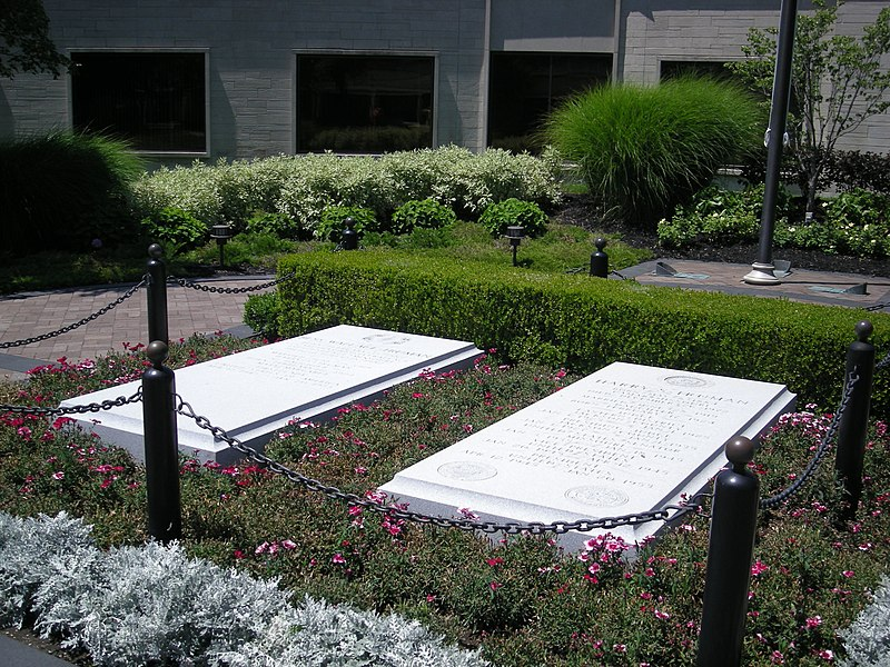 File:Harry S. and Bess Truman graves July 2007.jpg