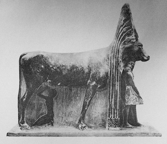 Tutmosis III  697px-Hathor-cow-ThutmosisIII_%28right_side%29