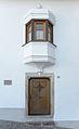 Haus Koflgasse 6 Kastelruth Südfassade Haustür und Erker.jpg
