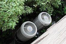 Bir ısı pompasının dış kısmı olan iki fanın fotoğrafını çekin
