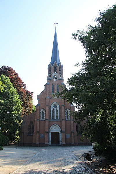"""Neogotische basiliek gebouwd bij de westelijke toegang van het domein """"Oude Gracht"""". Waarschijnlijk bevond zich een kapel op deze plaats in de 18de eeuw.  In 1871 verkreeg baron Osy de Zegwaert toestemming om een kerk bouwen bij zijn domein de """"Oude Gracht"""".  Opgetrokken in 1871-1872 naar ontwerp van E. Gife (zie gedenksteen rechts van  ingangsdeur). Aanbesteed in juli 1871 en de eerstesteenlegging op 28 september 1871."""