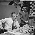 Hoogovenschaaktoernooi, de twee winnaars links de Rus Geller op achtergrond L. P, Bestanddeelnr 917-3676.jpg