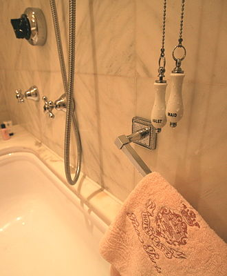Hôtel Ritz Paris - Bath/shower and peach-coloured towel