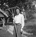 Hrovat Jože, 82- leten, Reber, pri Pavličku, z grablami na tri rogle razklanimi 1957.jpg