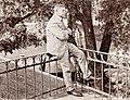 Hugo Weber auf der Terrasse des Dienstgebäudes der Hochbauinspektion (retuschiert).jpg