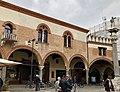 Italie, Ravenne, Piazza del Popolo, Petit palais vénitien et la statue de Saint Apollinaire sur une colonne vénitienne (48087045678).jpg