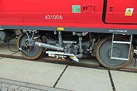 J27 447 Desiro City, Innenrahmendrehgestell mit Stromabnehmer.jpg