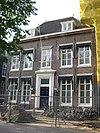 foto van Statig herenhuis met rechte gemetselde kroonlijst