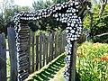 Jardins Rocambole, Corps-Nuds, France, 7-2019, arche de rondins peints sur tranche, en jardin potager.jpg