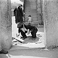 Jeruzalem, in de wijk Mea Shearim. Oude man in de weer met straattegels. Op de a, Bestanddeelnr 255-0365.jpg