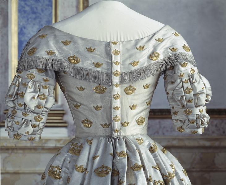 File:Josefinas kröningsdräkt bakifrån, från 1844-09-28 - Livrustkammaren - 4565.tif