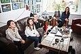 Juna de Leeuw met haar moeder en zusjes bij een slingertrainer thuis voor een film.jpg