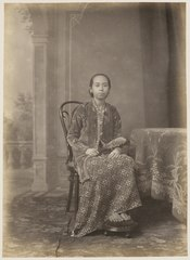 KITLV 10015 - Kassian Céphas - Bendoro Raden Ayu Mangkoe Joedho in court dress, belonging to the family of Hamengkoe Buwono VII sultan of Yogyakarta - Around 1885.tif