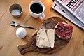 Kaffe, blødkogt æg og græskarkernestykke med pølse og manchego (4367904077).jpg