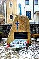 Kamienna Góra, kościół pw. Matki Bożej Różańcowej - obelisk upamiętniający ofiary faszyzmu niemieckiego.jpg