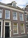 foto van Pand met lijstgevel met eenvoudige voordeuromlijsting en dakkapel (vormt architectonisch geheel met nr. 112
