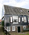 foto van Houten woningblok gebouwd omstreeks 1865 en onderdeel van een complex van twee houten woningblokken aan de voet van de kerkbuurt