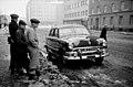 Kolme poikaa katselemassa Helsinginkatu 9-n eteen parkkeerattua autoa (musta neliovinen Ford sedan, vm. 1951) - N157813 (hkm.HKMS000005-km0000m5va).jpg