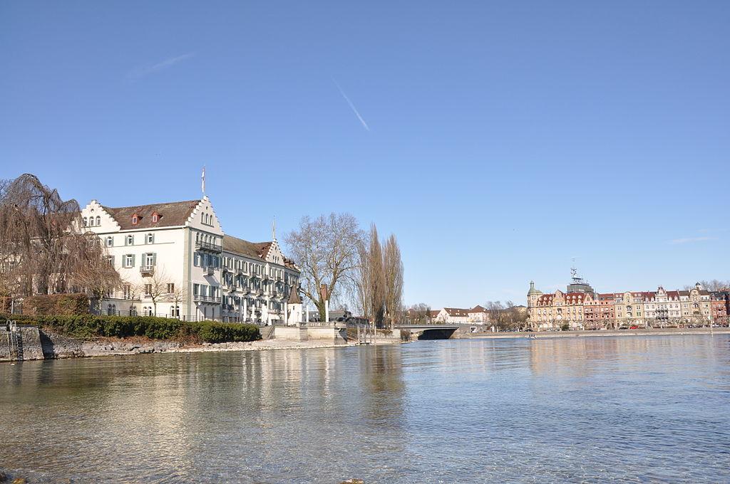 Links im Bild die Dominikanerinsel mit dem Steigenberger Inselhotel, dahinter die Alte Rheinbrücke