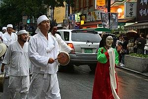 Jeogori - Image: Korea Seoul Insadong Festival parade in 2006 01