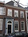 foto van Huis met rechte kroonlijst. Ingangspartij aanvang 19e eeuw