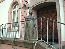 Bronzeplastik der Herzogin Luise auf der Rathaustreppe in St. Wendel (Quelle: Wikimedia)