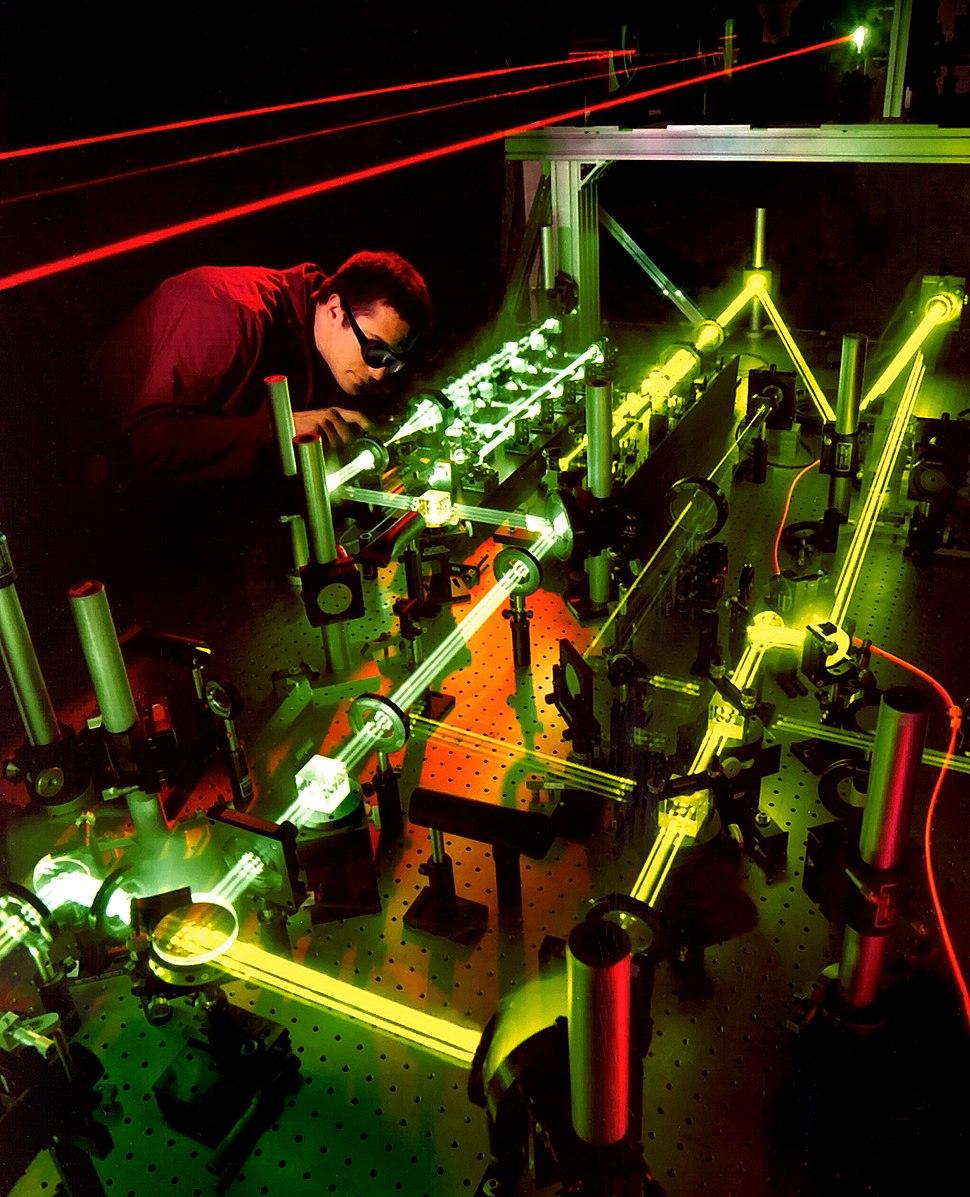 Nesta imaxe, unha luz láser móvese polo aire o 99,97% da velocidade da luz no baleiro.
