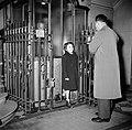 Man en een meisje bij het verlaten van de lift, Bestanddeelnr 252-9345.jpg