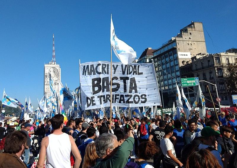 File:Manifestantes contra el tarifazo aplicado por el gobierno de Mauricio Macri.jpg