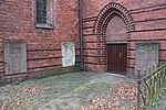 Marienkirche, Flensburg, Grabplatten an der Kirche mit Einfriedung und Zugang, Bild 1.JPG