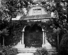 Mausoleum Hermann Levi in Partenkirchen, gestaltet 1900/01 durch Adolf von Hildebrand; Zustand um 1910 (Quelle: Wikimedia)