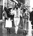 Mi-Carême 1923 - Trois personnes déguisées dans la rue. Détail d'une photo de l'Agence Rol.jpg