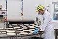 Mitarbeiterin überwacht Produktion von Nestlé-Wagner-Pizza.jpg