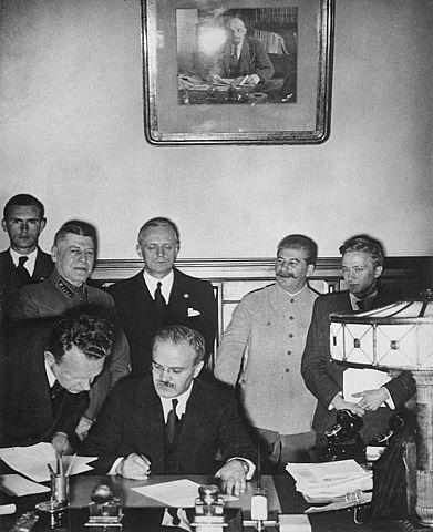 Молотов подписывает Договор о дружбе и границе между СССР и Германией, за ним Риббентроп