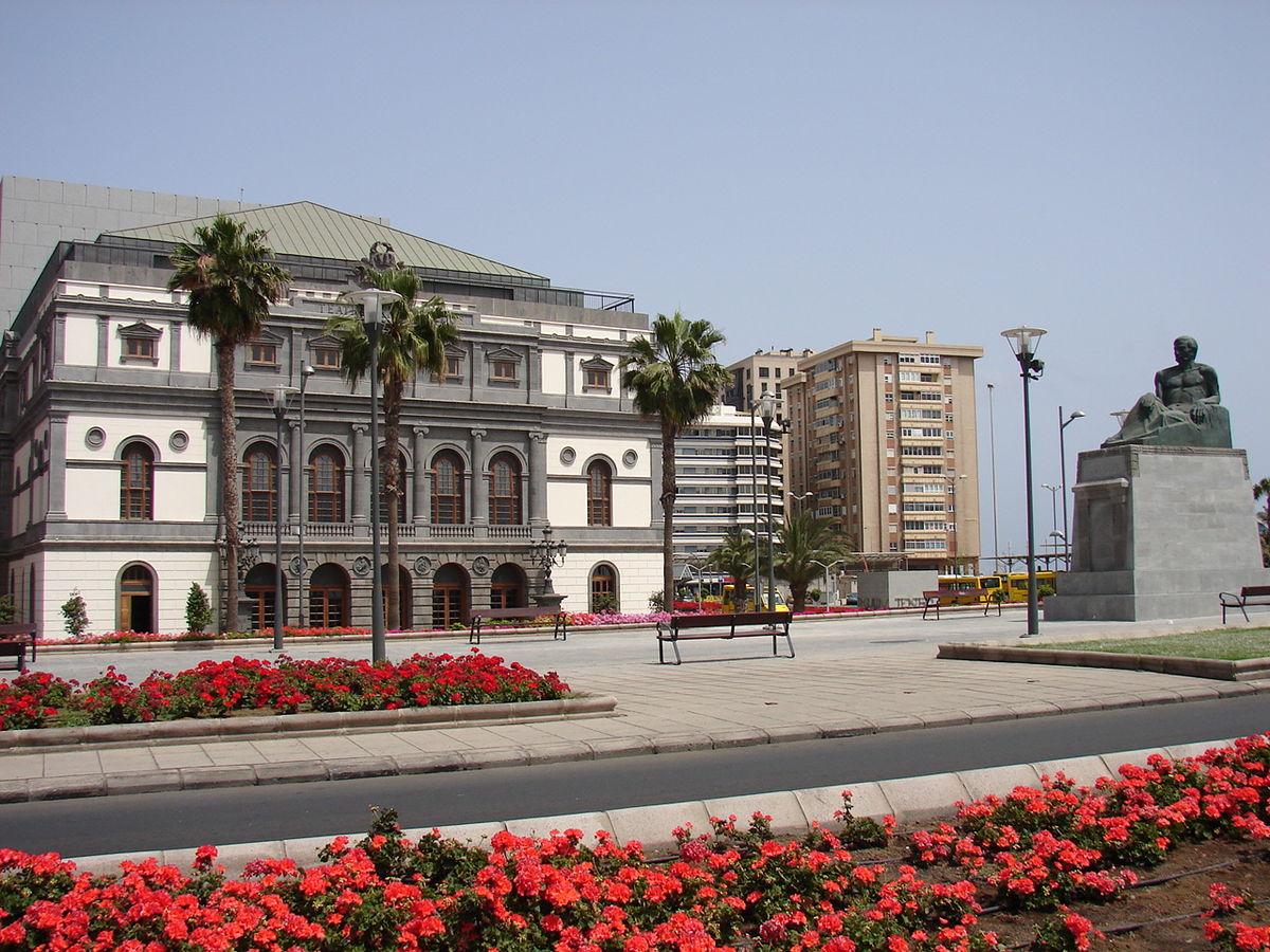 Monumento a Benito Perez Galdos frente al Teatro.jpg