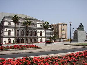 Monumento a Benito Perez Galdos frente al Teatro