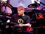 Peart está considerado uno de los mejores baterías de rock de todos los tiempos. (Concierto en el Xcel Energy Center en 2008)