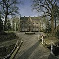 Overzicht van de voorgevel van de pastorie met het park waarin het gelegen is - Vaassen - 20387033 - RCE.jpg