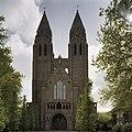 Overzicht westgevel met ingangsportaal en twee torens - Laren - 20408123 - RCE.jpg