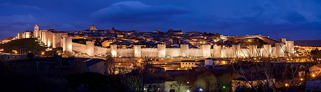 Nasvietené múry Avily v noci