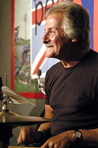 Ficheiro:Pete Best drumming.jpg