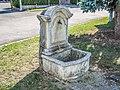 Petite fontaine,, au centre du village.jpg